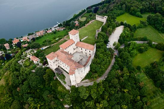 Il castello Borromeo di Angera visto dal cielo (969 clic)