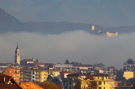 Arona, il castello di Angera e la nebbia novembre 2011 (2888 clic)