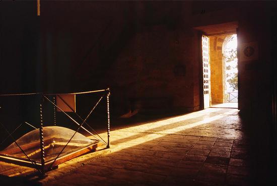 Il sole sulla spada nella roccia, eremo di Montesiepi, San Galgano, Siena agosto 1998  (2367 clic)