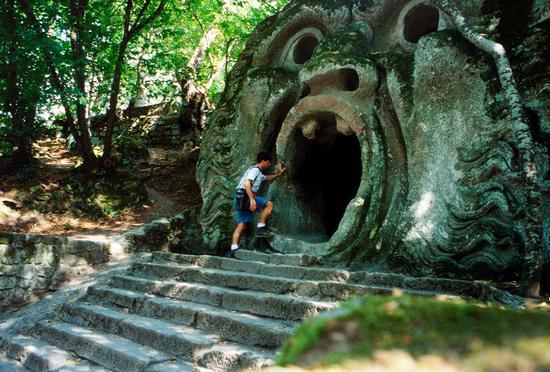 Nella bocca del mostro. Parco dei mostri, Bomarzo agosto 1998 (7310 clic)