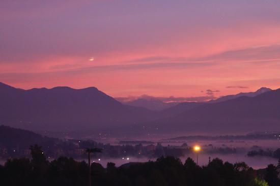 Alba ad Arona guardando verso il varesotto, Arona, Piemonte ottobre 2010 (3137 clic)