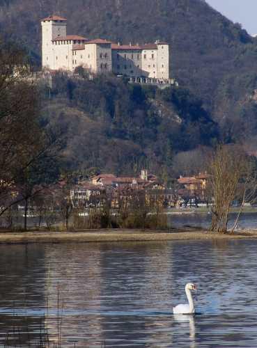 Il Lago del cigno. Il castello Borromeo di Angera visto da Arona (3234 clic)