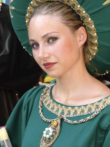 Dama con copricapo e vestito verde, Palio di Asti, 16 settembre 2007 (2832 clic)