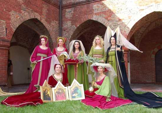 Gruppo di madonne in un interno, Palio di Asti, sfilata in costume, 16 settembre 2007 (4291 clic)