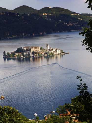 Inusuale vista dell'isola di San Giulio dall'omonimo monte, lago d'Orta (Cusio) - Pella (3197 clic)