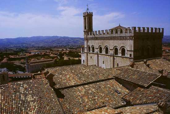 Tetti di Gubbio e palazzo dei Consoli, Umbria 2000 (3248 clic)