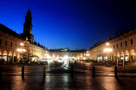 Tramonto invernale e bei riflessi in piazza ducale. - Vigevano (3506 clic)