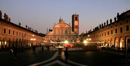 Panoramica del Duomo e della Piazza Ducale di Vigevano (4189 clic)