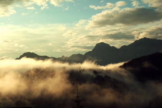 nebbia mattutina sui monti della Val Badia - San martino in badia (2658 clic)