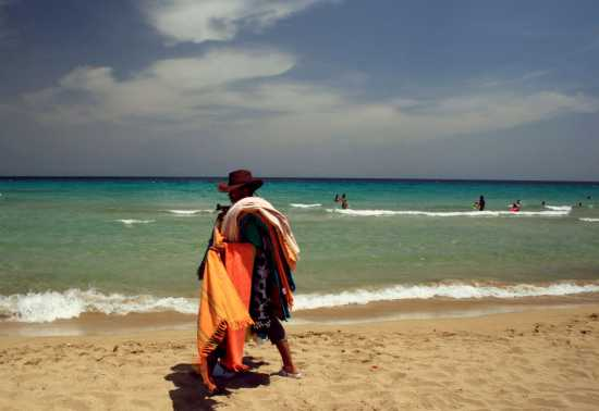 venditore ambulante nella spiaggia di San Lorenzo - Noto (5590 clic)