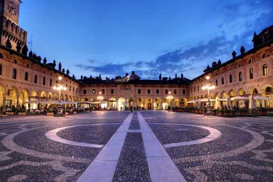 Piazza Ducale - Vigevano (8579 clic)