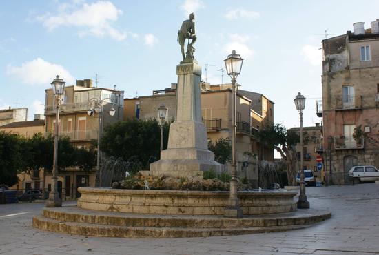 Fontana dei Caduti in Guerra - Aragona (3077 clic)