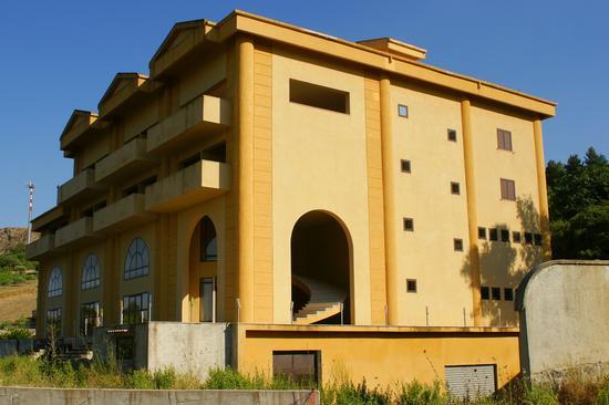 Albergo abbandonato - CASTELTERMINI - inserita il 19-Jul-10