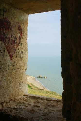Finestra sulla spiaggia di Manfria GELA dall'interno del primo piano della Torre (4675 clic)