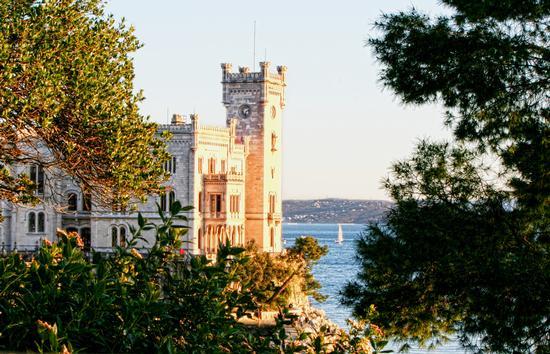 Piccola vela verso il Castello di Miramare - Trieste (3965 clic)