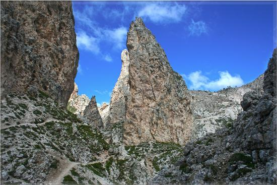 Salendo al Passo Cir ...... pinnacoli coreografici.... - Passo gardena (2214 clic)