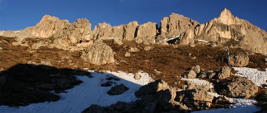 Il sorger del sole sulla Cresta del Masarè e la Torre Finestre (Croz di Santa Giuliana) - Passo costalunga (2090 clic)