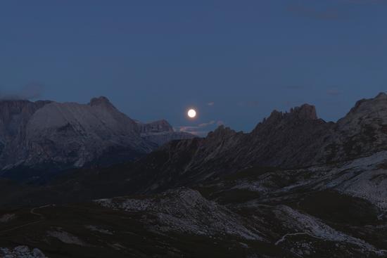 Sorge la luna fra il Pordoi e i Denti di Terrarossa - Alpe di siusi (2188 clic)