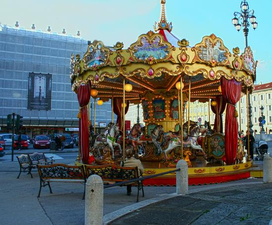 Trotta cavallino ..... la giostra in città! - Trieste (2691 clic)