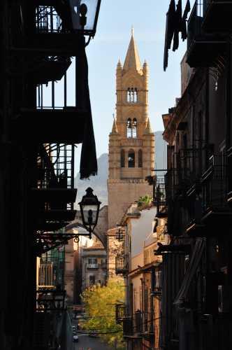 la cattedrale vista dai vicoli del capo - Palermo (3196 clic)