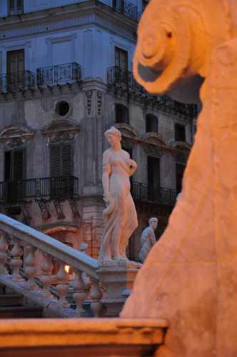 la più elegante di piazza della vergogna - Palermo (3113 clic)