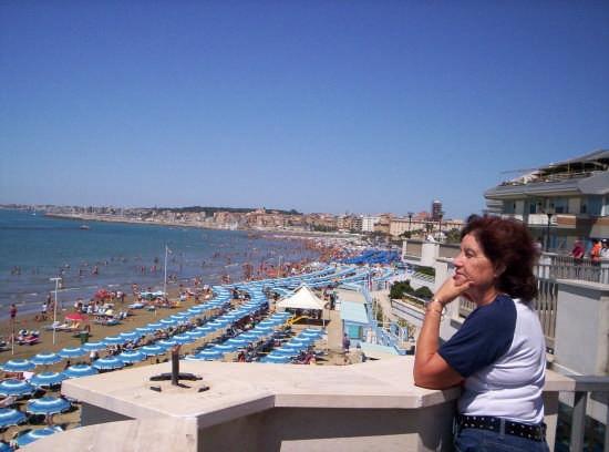 Lungomare con ombrelloni alla spiaggia - Nettuno (16173 clic)