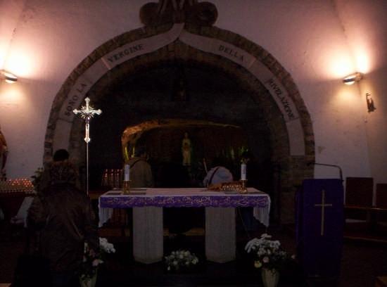 Altare nella grotta della Madonna delle tre fontane - ROMA - inserita il 12-Mar-08