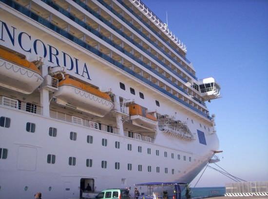 Prua della nave Concordia ancorata nel porto di Civitavecchia (11169 clic)