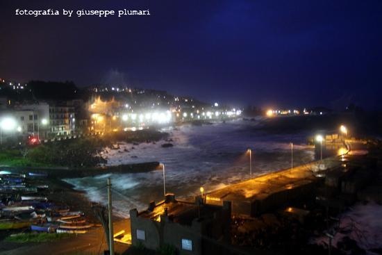 il porto di notte con mare molto mosso - Aci castello (3288 clic)