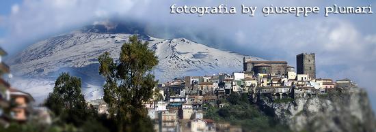 Motta Sant'Anastasia castello con sfondo dell'etna (2298 clic)