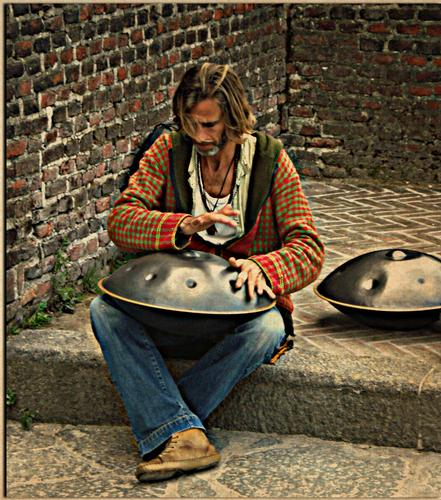 Suonatore di Hang Drum - Milano (2830 clic)