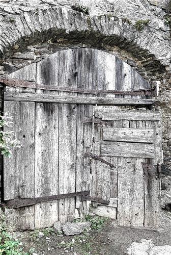 antico portone di accesso al dongione (724 clic)