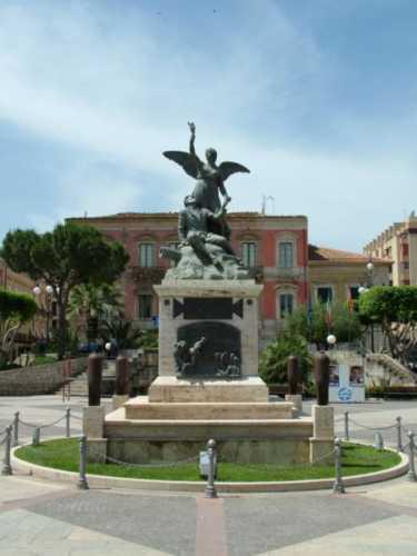 monumento ai caduti - Vittoria (4129 clic)