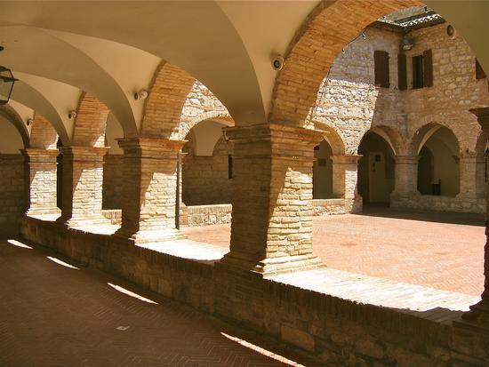 Pioraco (Macerata) cortile e chiostro sede del comune (2589 clic)