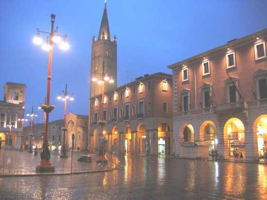 Piazza Saffi col campanile di San Mercuriale - Forlì (4242 clic)