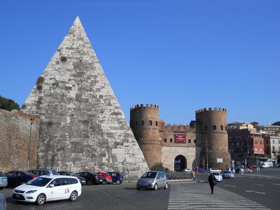 piramide cestia e porta romana (1962 clic)