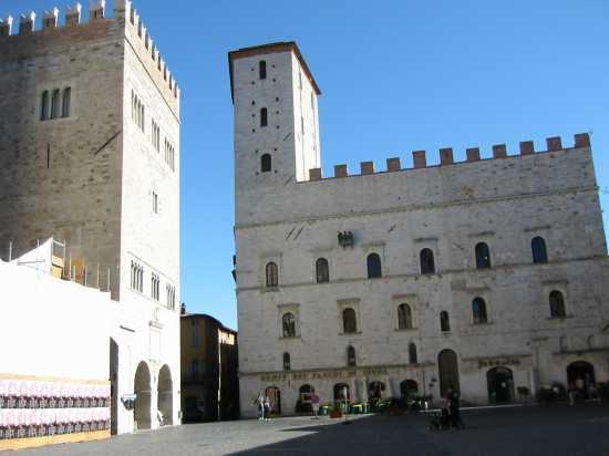 piazza del comune  - Todi (2116 clic)