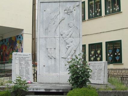 MONUMENTO AI CADUTI DELLE 2 GUERRE. - Petina (2594 clic)