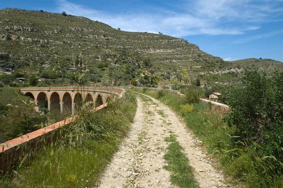 Sul vecchio ponte Ferroviario - Assoro (5215 clic)