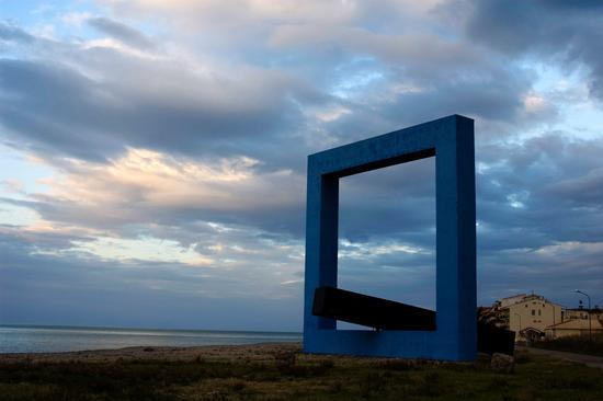 Monumento per un poeta morto (Tano Festa) - Santo stefano di camastra (9149 clic)