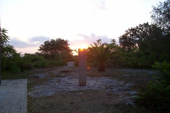 l'alba del 21 settembre sul menhir di Montevergine - Cannole (2397 clic)