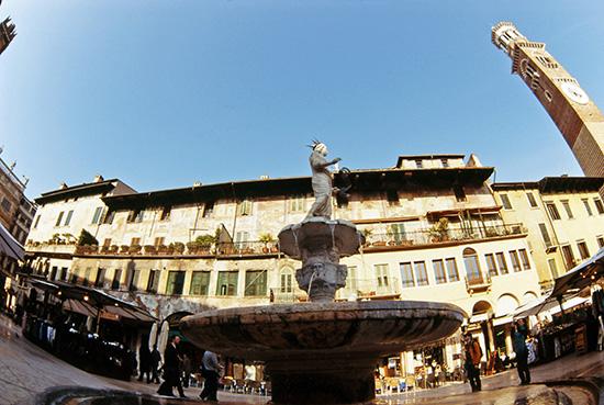 Piazza delle Erbe  - Verona (2784 clic)