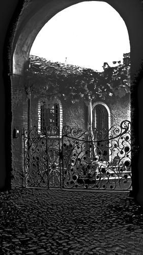 Buio prima del cancello (591 clic)