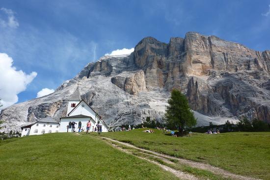 sotto l'enorme muraglia dolomitica il santuario di santa croce - Alta badia (2359 clic)