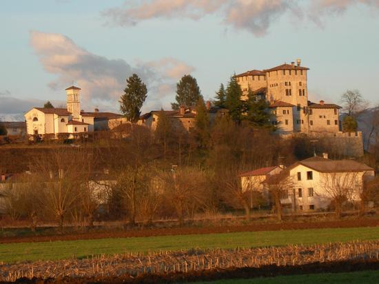 il castello e la chiesetta - Cassacco (2141 clic)