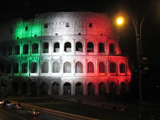 il Colosseo con il tricolore di luci - ROMA - inserita il 26-Oct-10