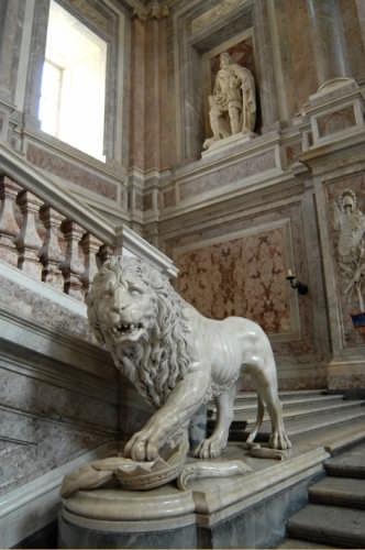 Palazzo Reale-Scalone d'Onore-leone di marmo bianco - Caserta (4427 clic)