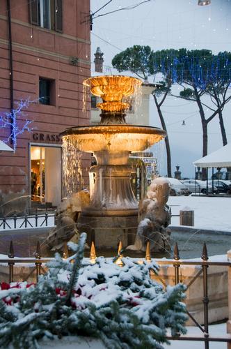Fontana dei delfini - prima neve- la città diventa presepe - Rieti (2034 clic)