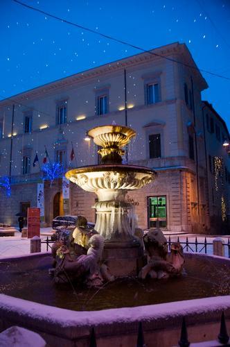Fontana dei delfini - prima neve- la città diventa presepe - Rieti (1872 clic)