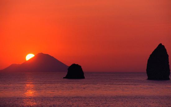Il calar del sole visto dall'isola diVulcano - Lipari (8128 clic)